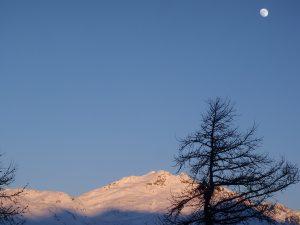 lune et ciel bleu en hiver